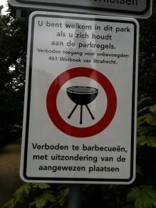 """Vondelpark; """"Verboden toegang voor onbevoegden 461 Wetboek van Strafrecht"""""""