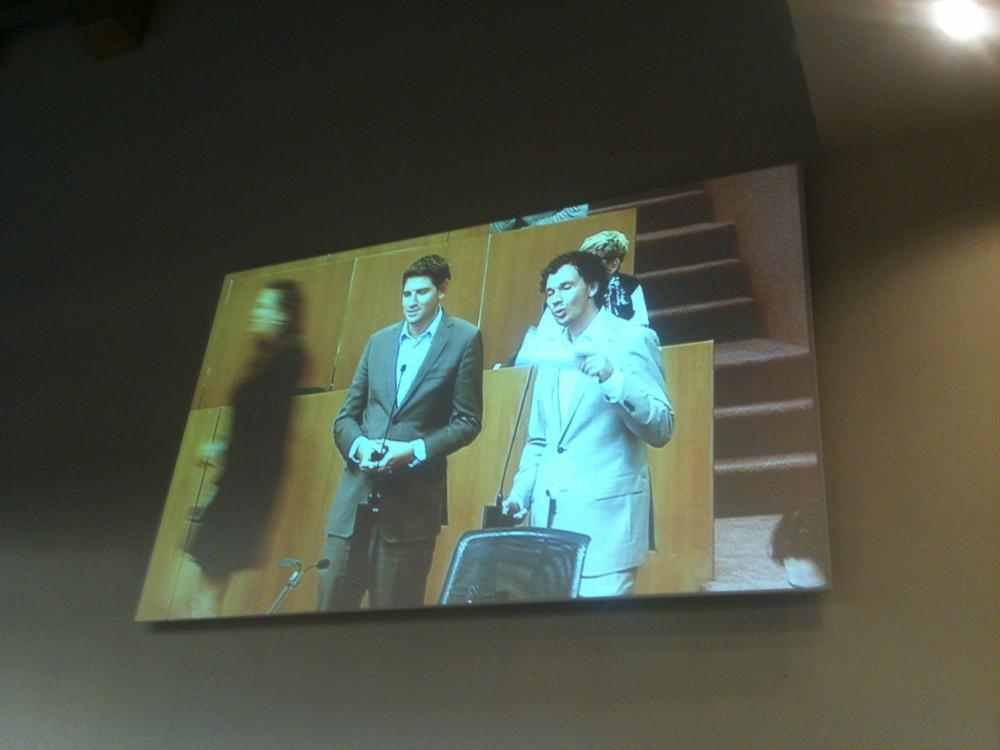 Interruptie Roderic Evans-Knaup op wethouder Gehrels met op de achtergrond Jan Paternotte D66