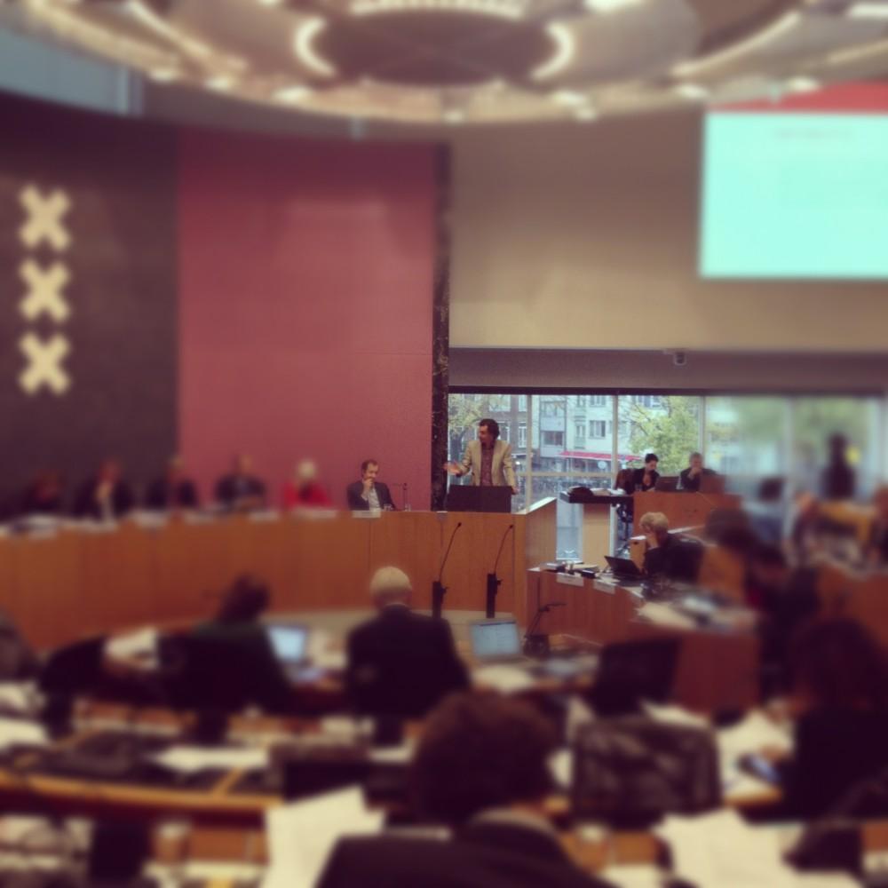Roderic Evans-Knaup spreekt de gemeenteraad toe tijdens raadsdebat over Begroting 2013